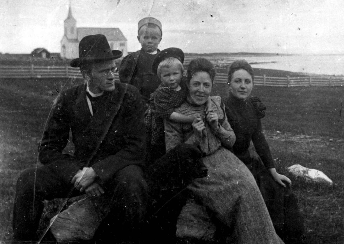Sogneprest Jens Otterbech (1868-1921), Hanna Marie Otterbech (helt til høyre)  med barna Haakon eller Werner og Anna. Kvinnen er antakelig lærerinne Amalie Thomassen som var ansatt hos sognepresten. Kistrand kirke i bakgrunnen. Bildet er fra omkring 1902-1903.