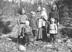 Familiegruppe, Margrethe Q. Wiborg, fotografens kone, med ba
