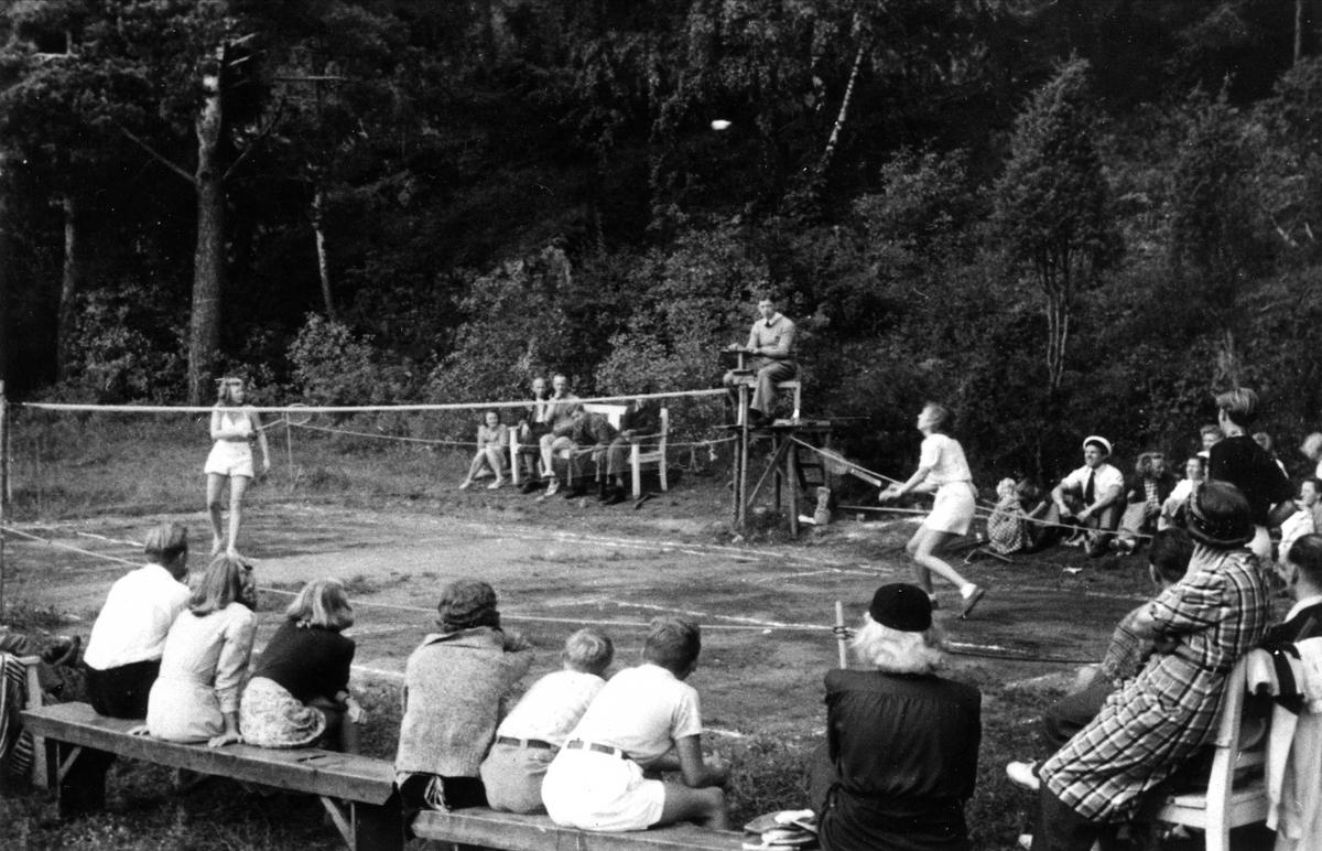 På badmintonbanen på  Oslo Godtemplarungdomslags feriehjem Kirkevik, Nesodden, 1940-tallet