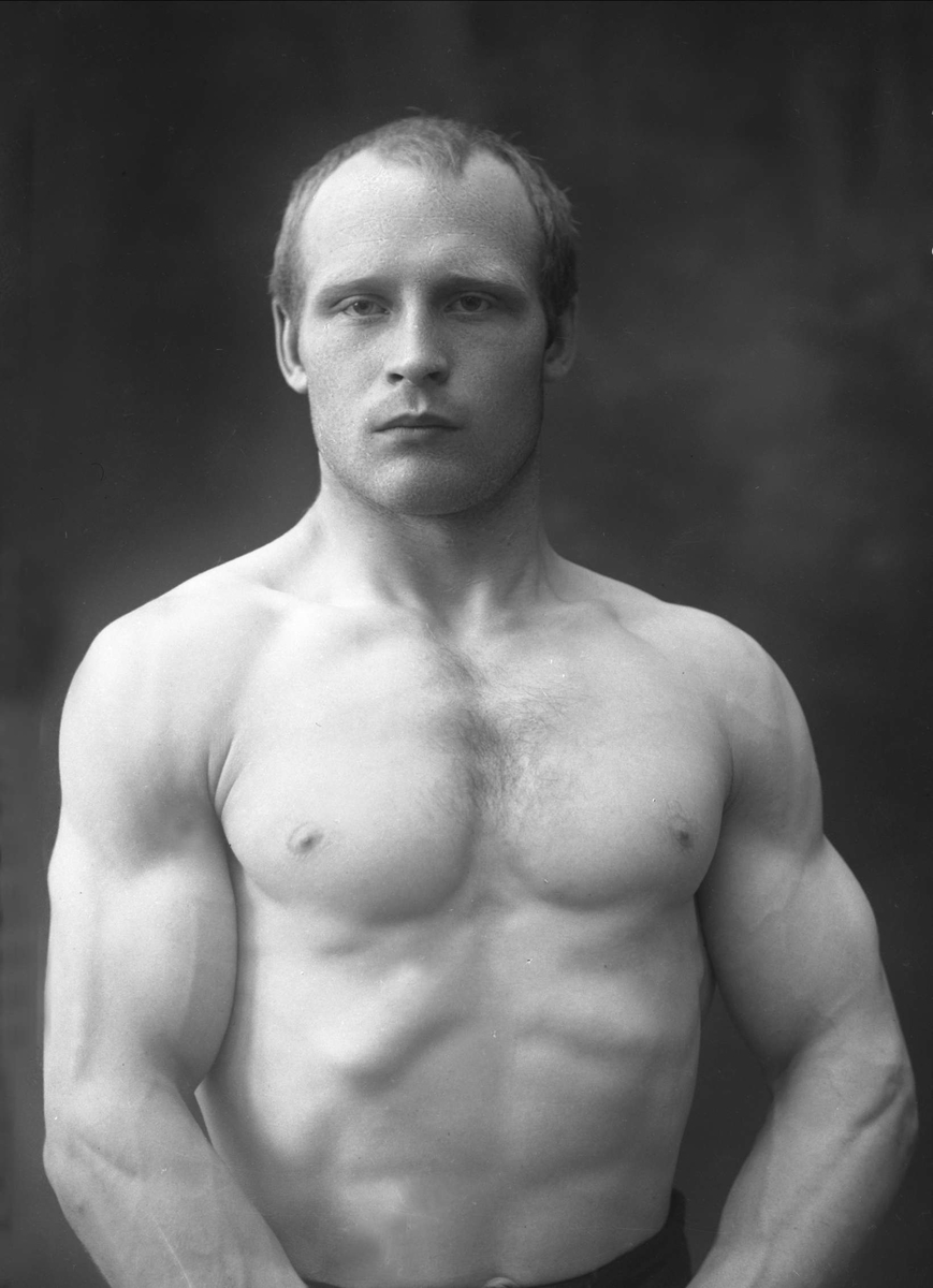 Portrett, bryter Eugen Karlsen i bar overkropp.