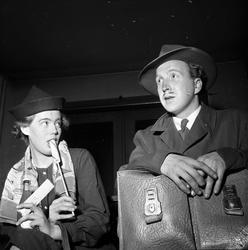 To mennesker underholder 03.11.1953. Bygdelag, Hedemarkslage