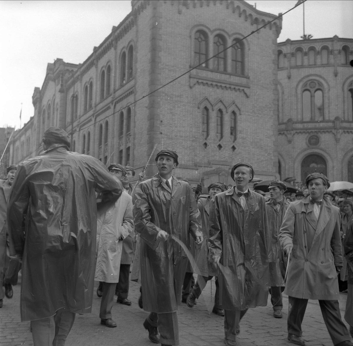 Oslo, 17.05.1955. 17. mai. Russ ved Stortinget.