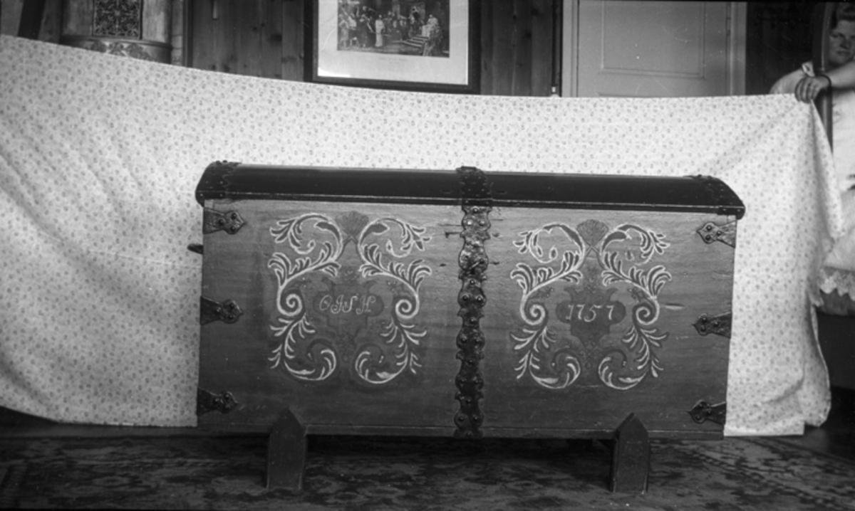 Kiste med inskripsjonen «OJSH 1757» og dekormaling.