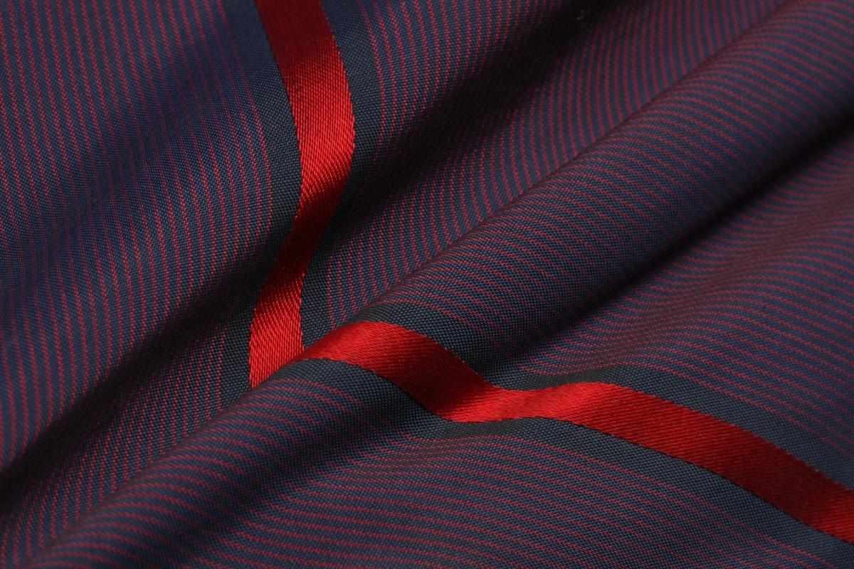 Stripet trekk mulig sekundært. Treskaft med stokkformet håndtak med bentupp. Metallspiller med bendubber.