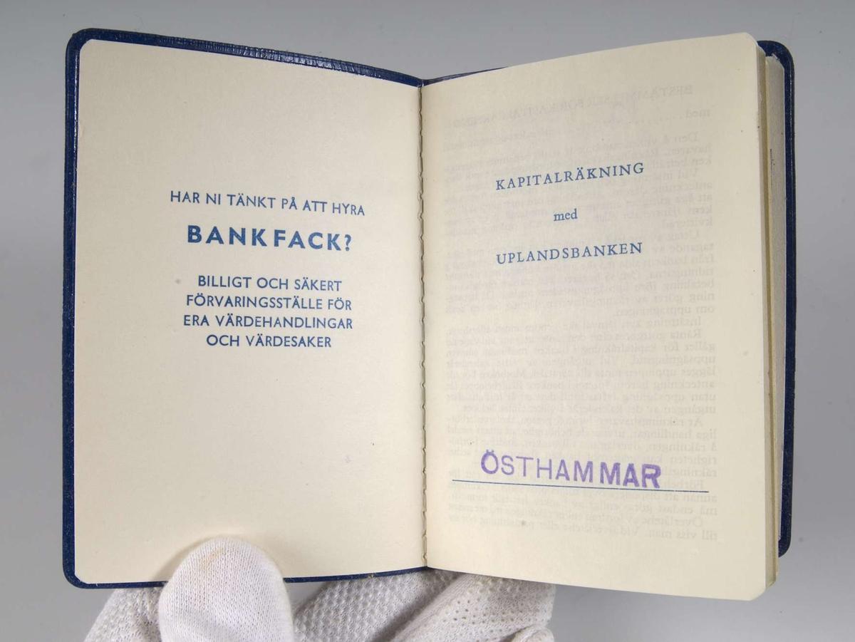 Blå bankbok av plast, en läderimitation. Uplandsbankens logotype på framsidan.