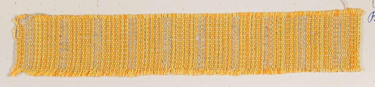 """Vävprov ämnat för möbeltyg vävt med bomulls- och lingarn, gult och oblekt. Vävprovet har nummer """"B-2043""""."""