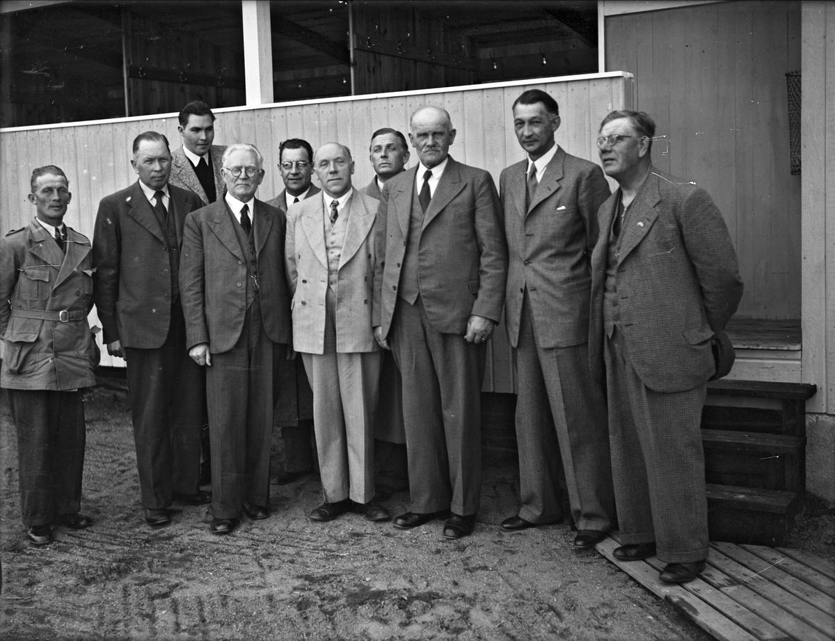 Kyrkoherde T Karlsson och andra män vid Storvads badplats, Gamla Uppsala 1944
