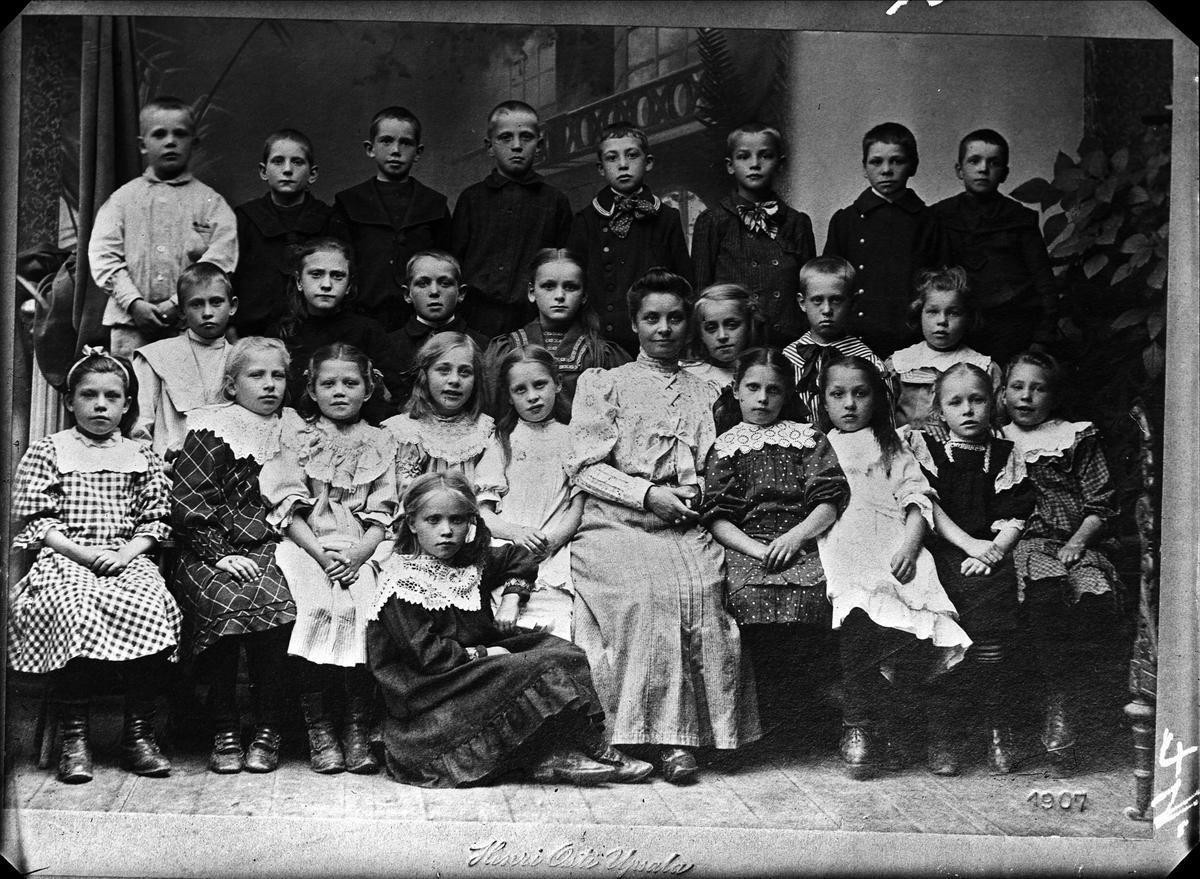 Reprofotografi - skolklass med lärare, Uppsala 1907