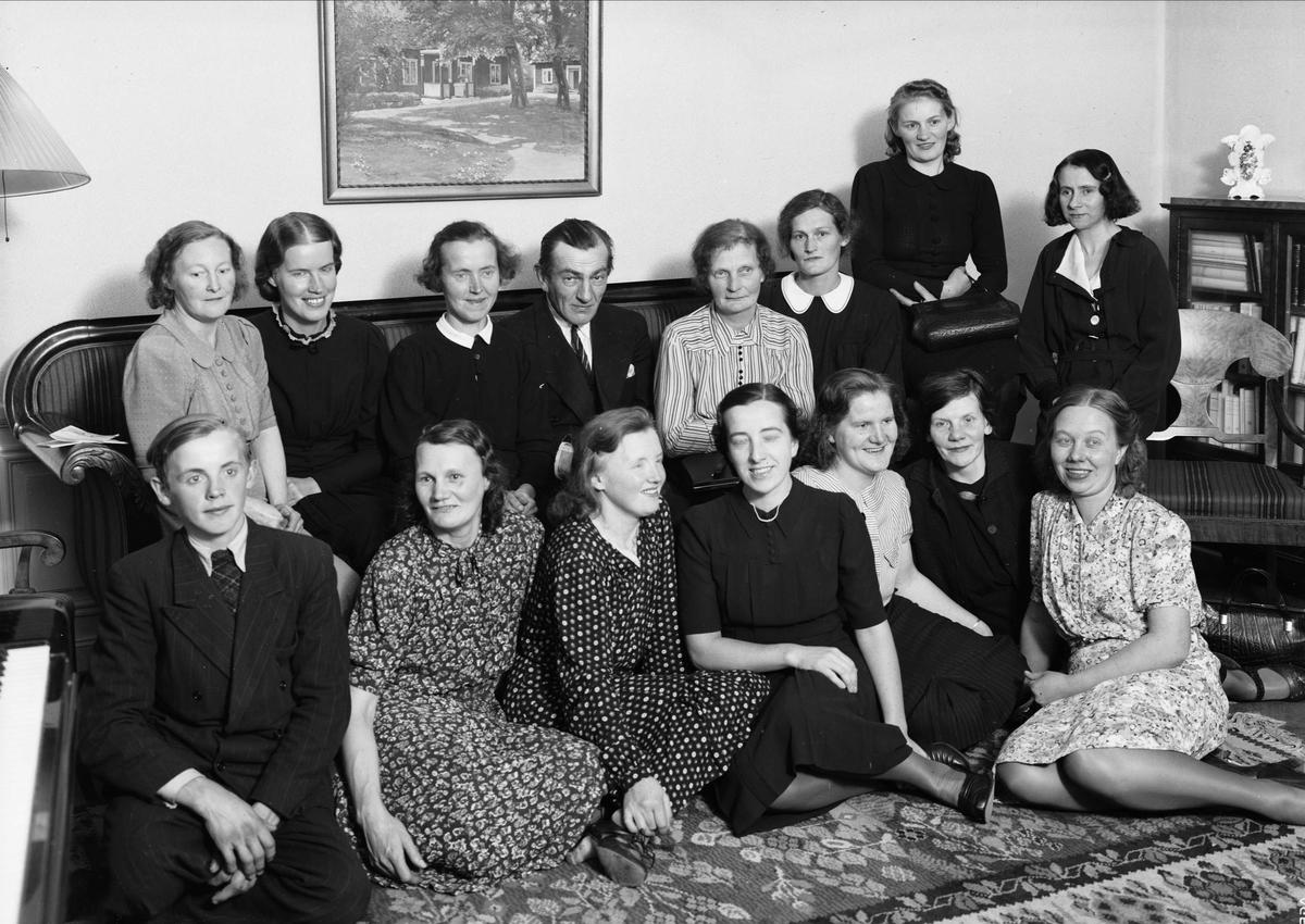 Grupporträtt i hemmiljö - kvinnor, man och pojke, sannolikt Uppsala 1942