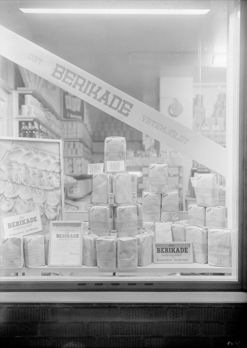 Skyltfönster med varor från Juvelkronan i Konsumbutik, Uppsala 1948