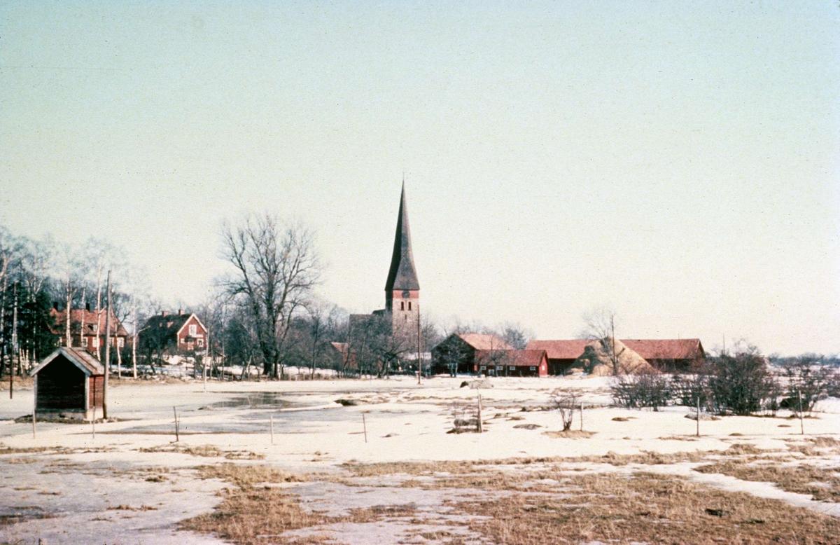 Vy över Vaksala kyrka i Uppsala mars 1957