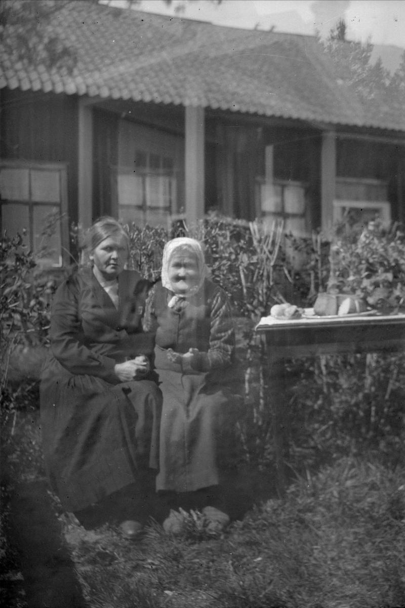 Thea Blom och Augusta Larsson framför bostadshuset, Ytterkvarn, Österunda socken, Uppland 1940 - 50-tal