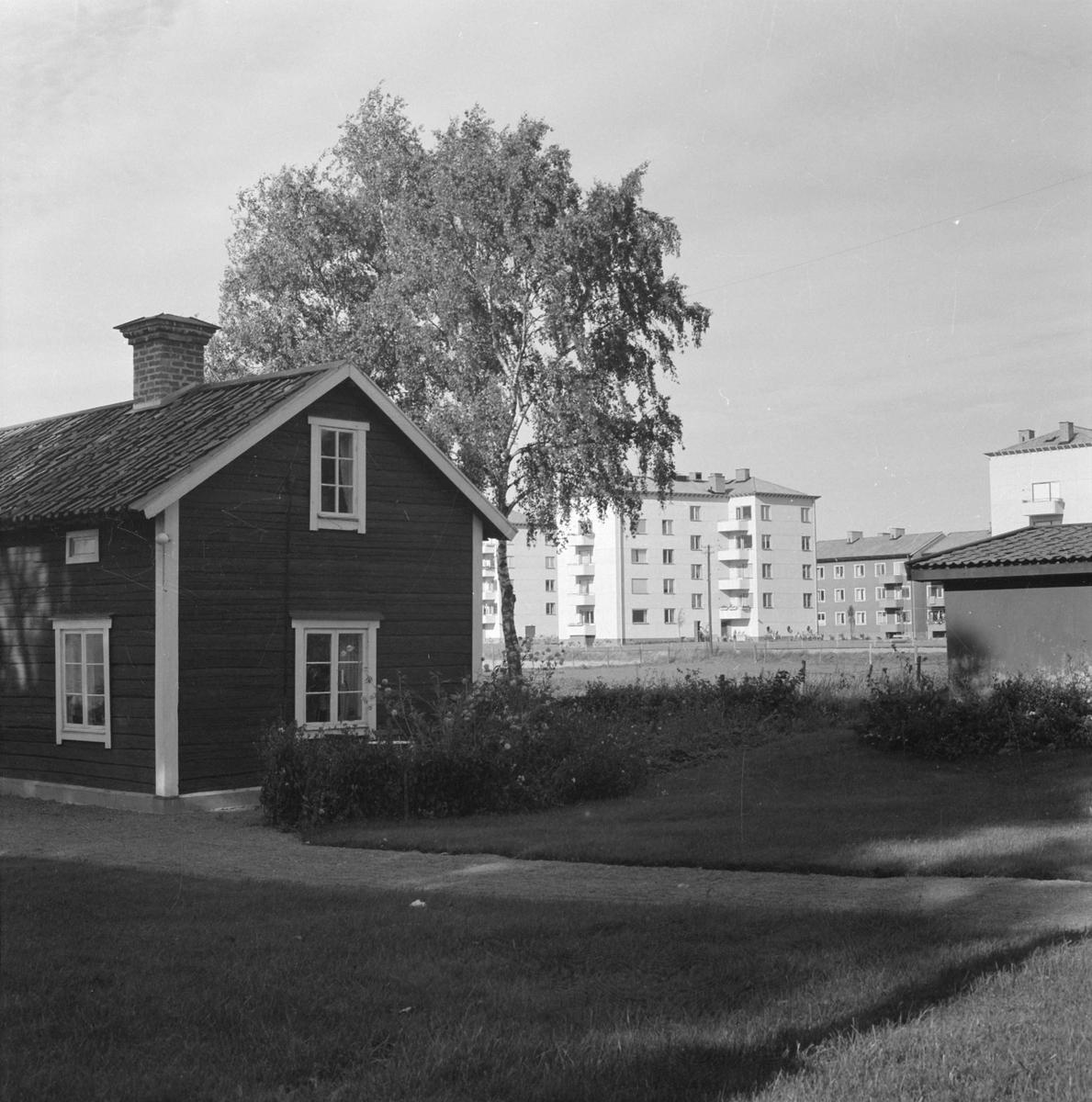 Bostadshus och grind vid Stabby prästgård i Hällby, Uppsala