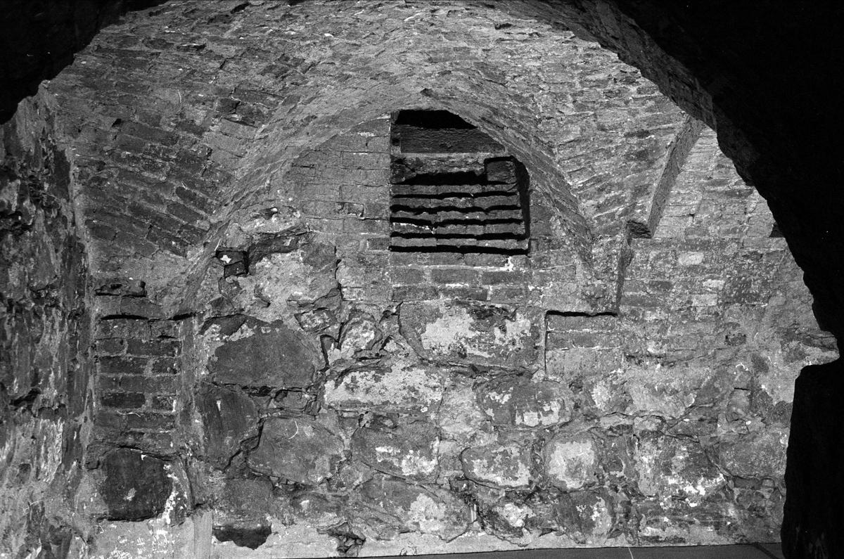 Östra väggen i nordöstra valvet i Biskopskökets källare på Biskops-Arnö, Övergrans socken, Uppland