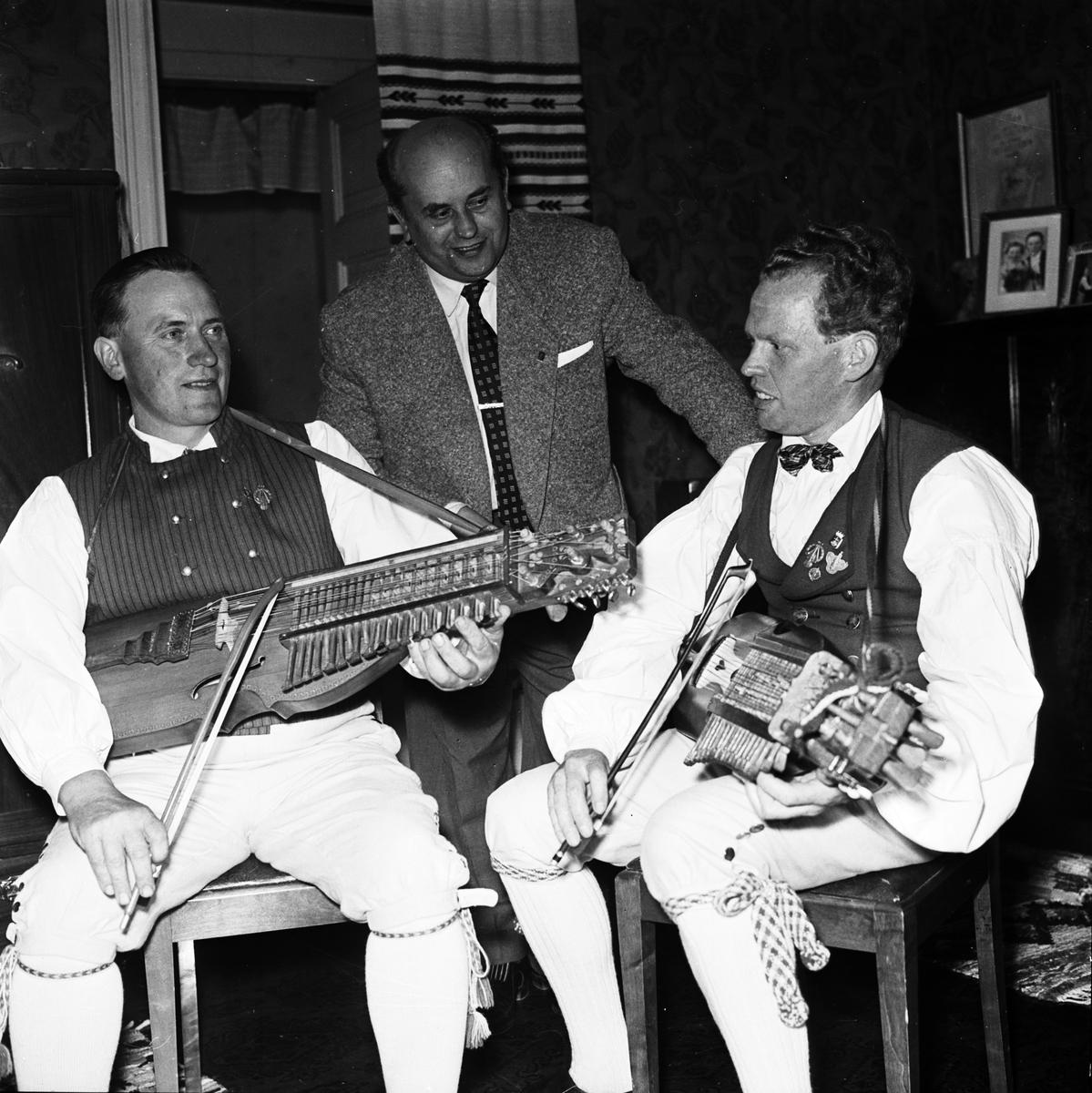 """Spelmännen Eric Sahlström och Gösta Sandström """"tillsammans med ryss före Rysslandsresan"""", Uppland 1956"""