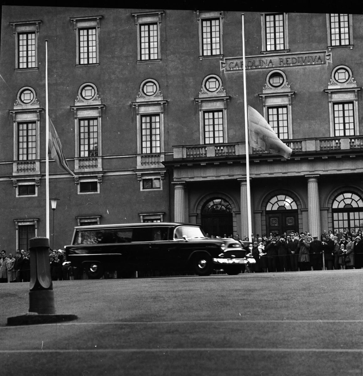 Dag Hammarskjölds begravning. Kistans färd och ankomst till Uppsala, september 1961