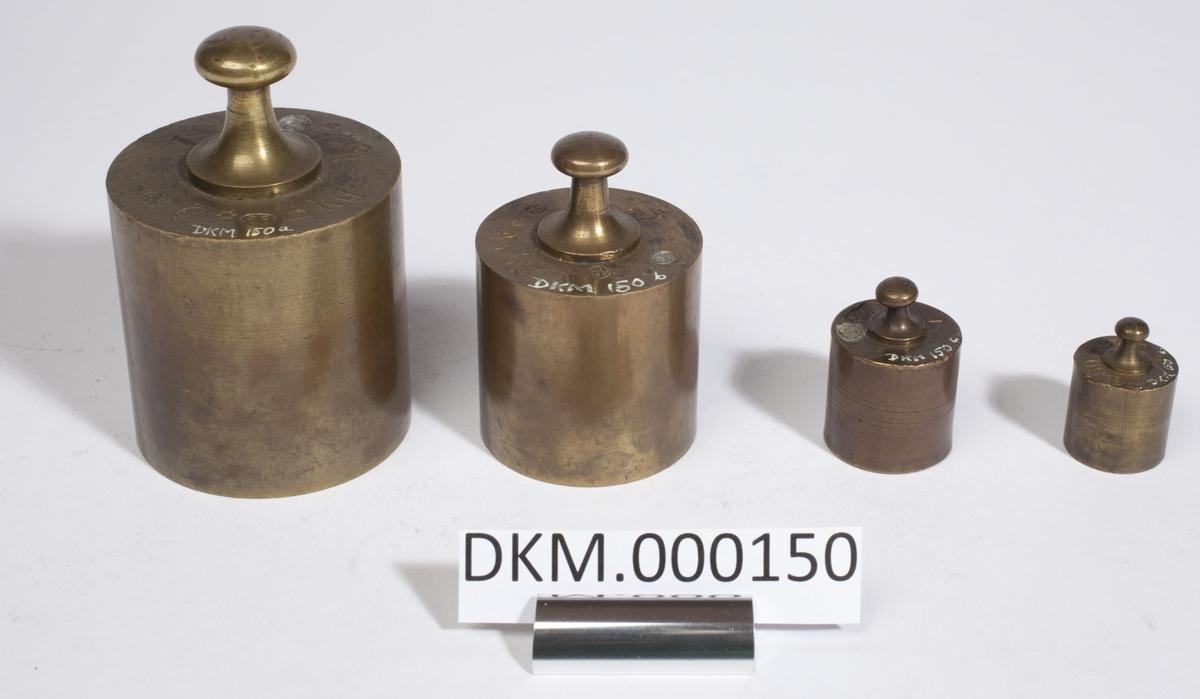 Fire sylinderformede lodd i ulik størrelse. Kontrollstempel i hvert lodd.