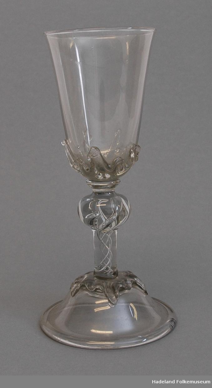 Gjenstanden er del av en større gave. Aks. 21/2009. Gaven omfatter antatt komplett samling glassarbeider av Ståle Kyllingstad. Både prøver (prøveglass) og kolleksjonsglass. Videre en rekke tegninger og skisser.
