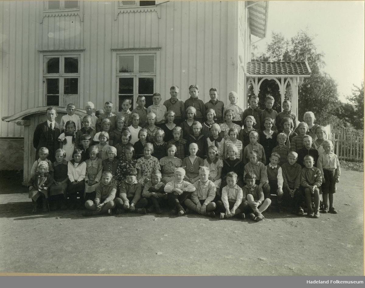 Skolebilde fra Nordre Oppdalen skole. Lærere og elever, hele skolen, foran skolebygningen