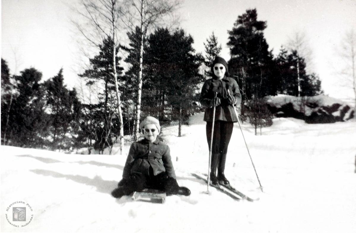Ute på kjelke og ski på Sveindal. Grindheim.