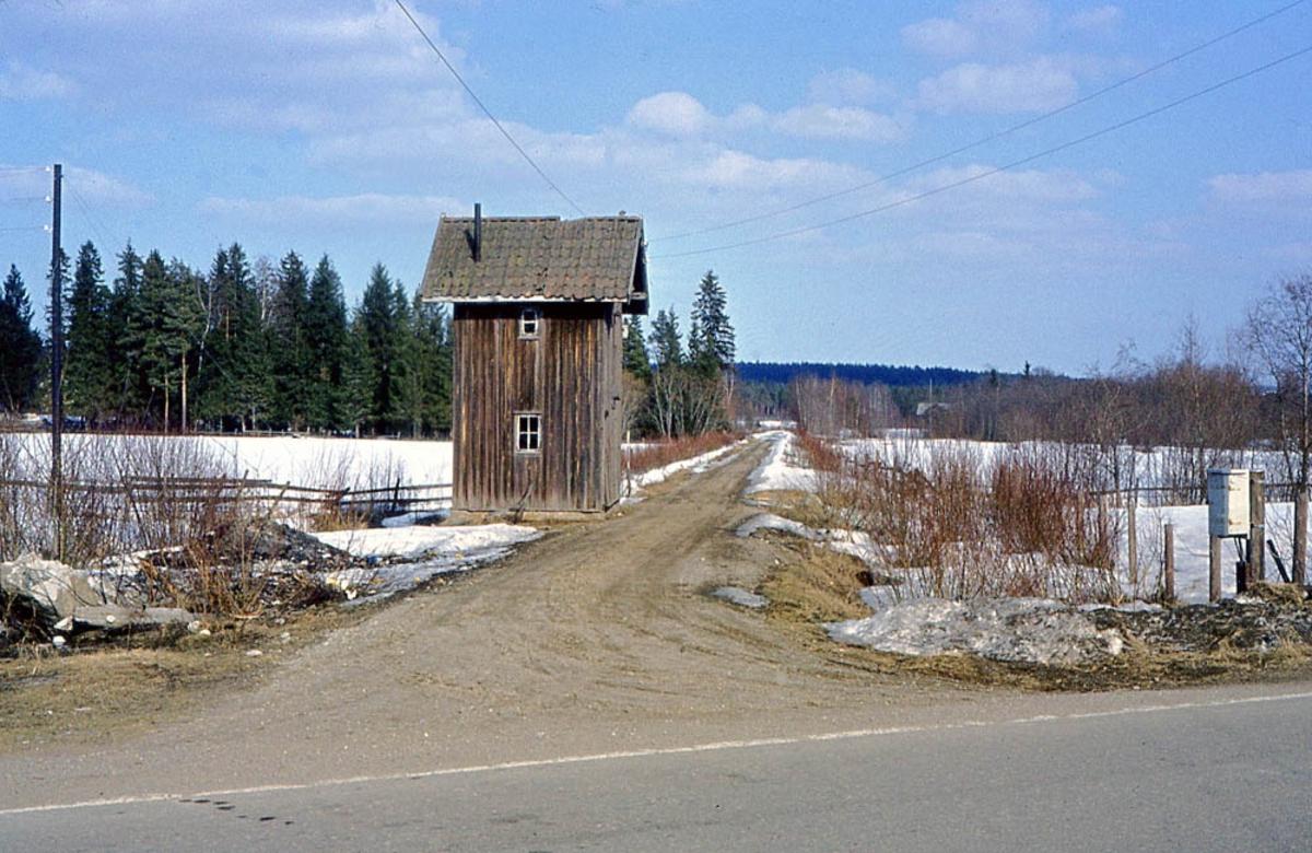 Ved Finstabru stasjon 10 år etter nedleggelsen.