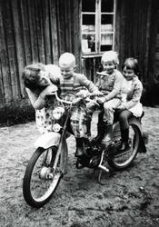 Stor stas å få prøvesitte mopeden. Ågedal i Grindheim Audned