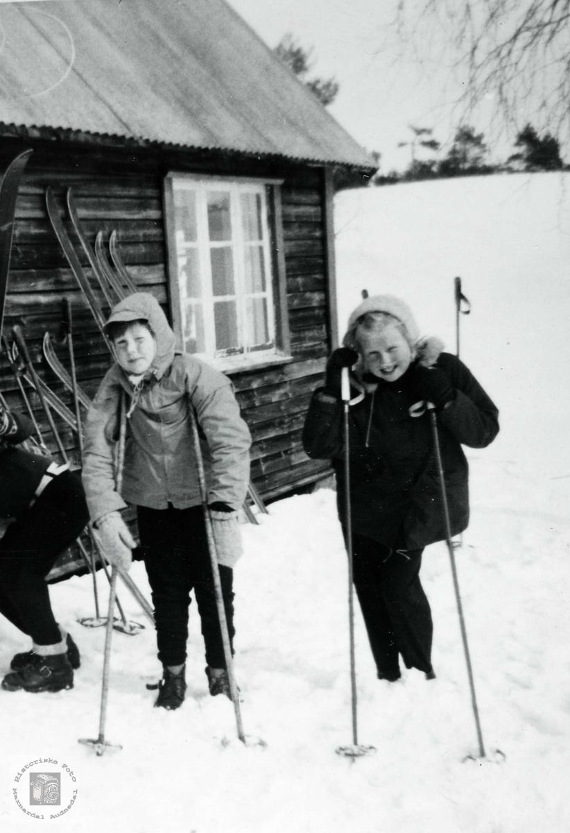 Barn fra Ågedal på tur til Gloansheia. Grindheim Audnedal.