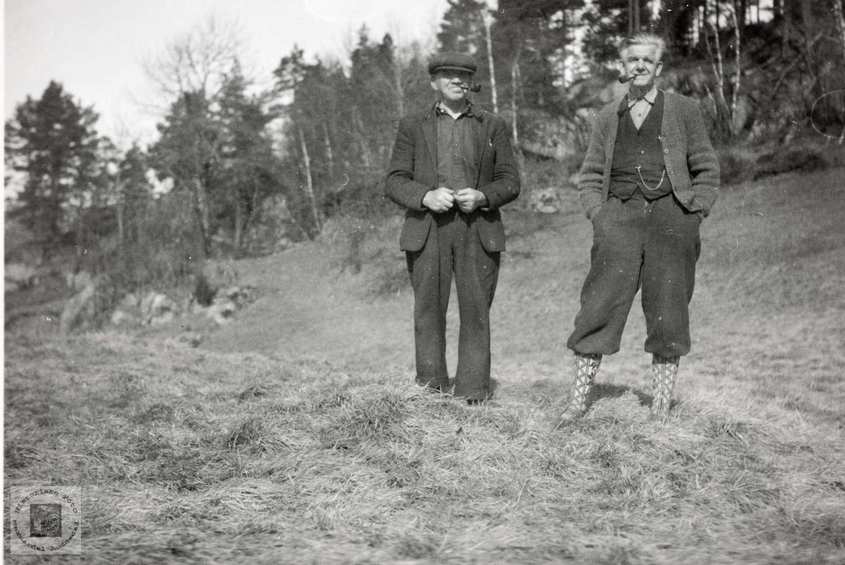 Torkel Sveindal og Oskar Olsen i samtale. Grindheim Audnedal.