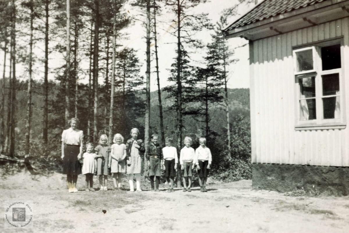 Elever og lærer ved småskolen på Håland. Grindheim Audnedal.