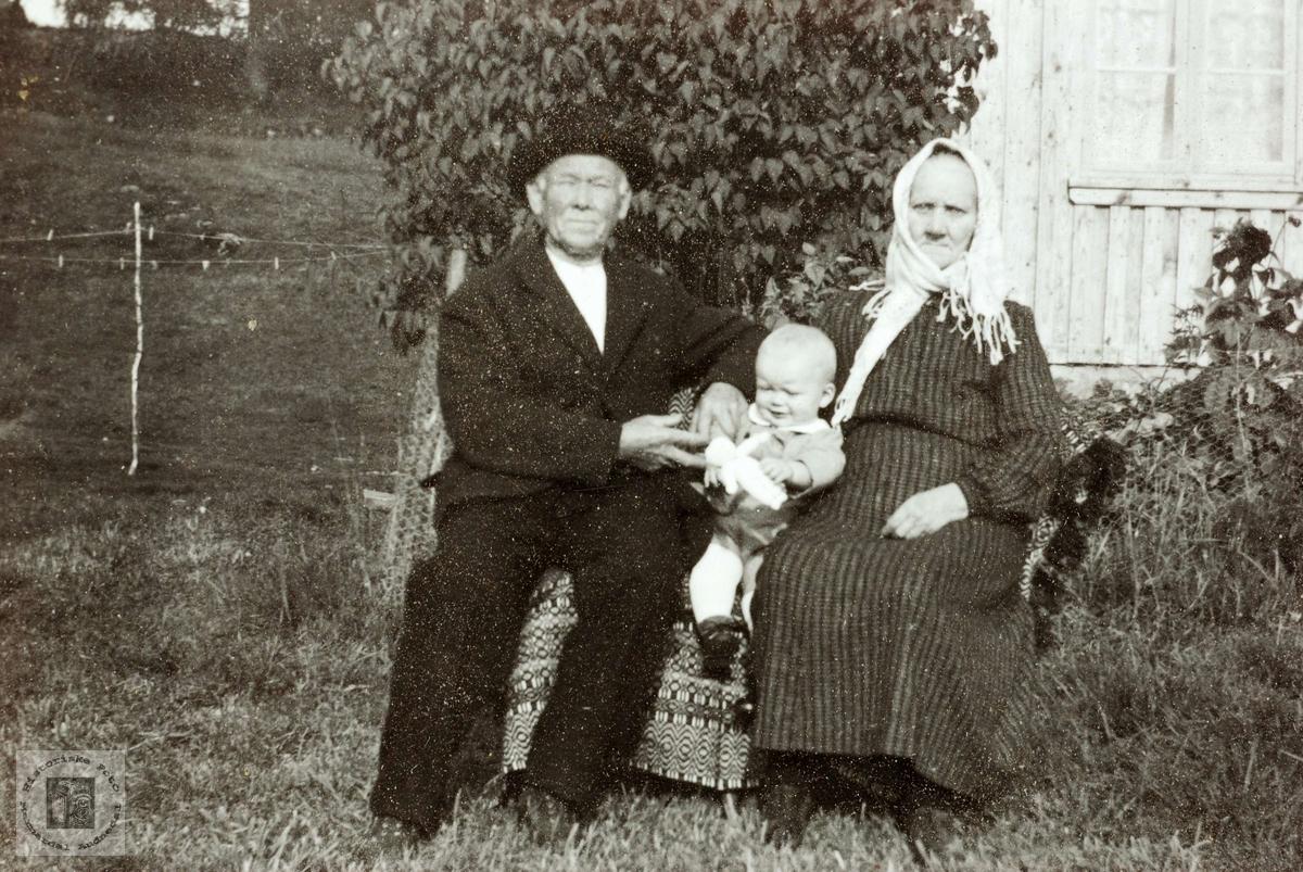 Portrett av ekteparetTorje og Maria Flottorp med barnebarn. Grindheim Audnedal.