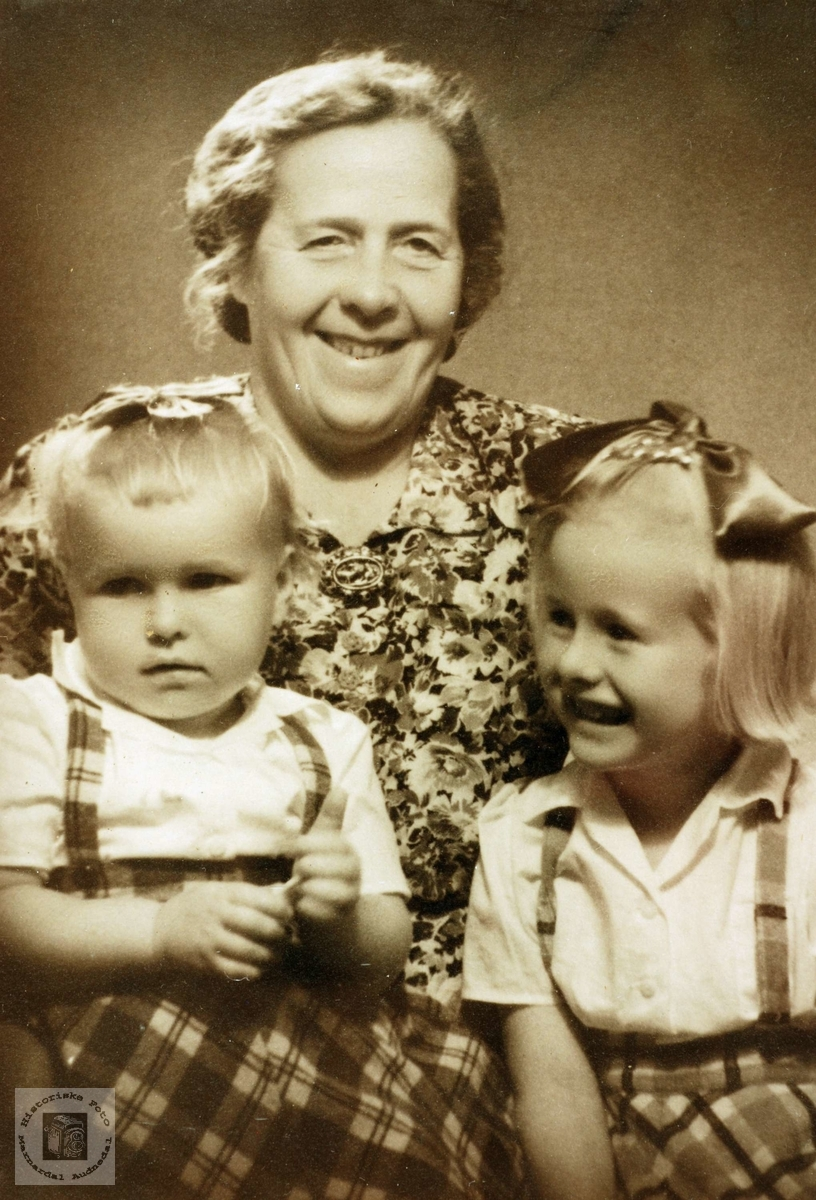 Grandtante Jørgine Refsnes med Gunhild og Anna Hårtveit. Grindheim Audneda.
