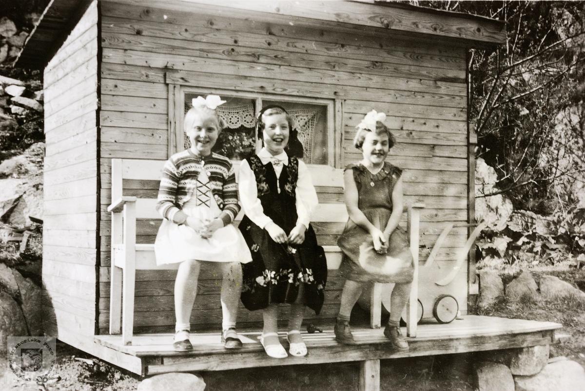 Tre små fine damer utenfor lekestova. Grindheim.