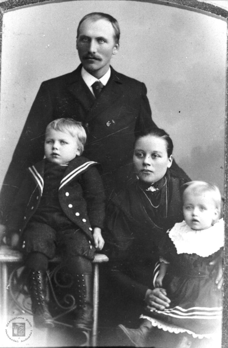 Portrett av Ole K. Haugland m/ familie, Bjelland.