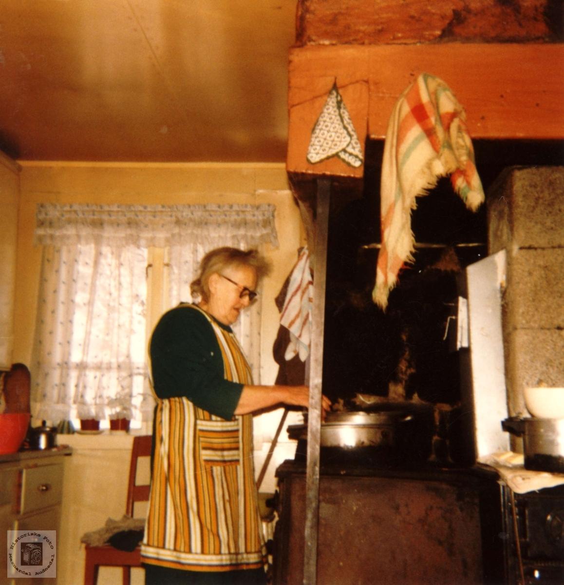 Matstell ved komfyren i skorsteinen på Røynesdal, Bjelland.