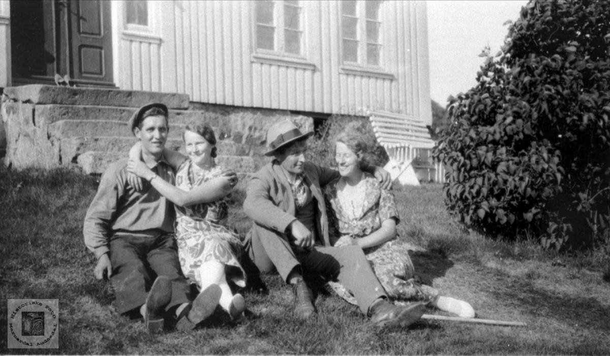 """Kos på bakken framfor huset på """"Gryteng"""" i Bjelland."""