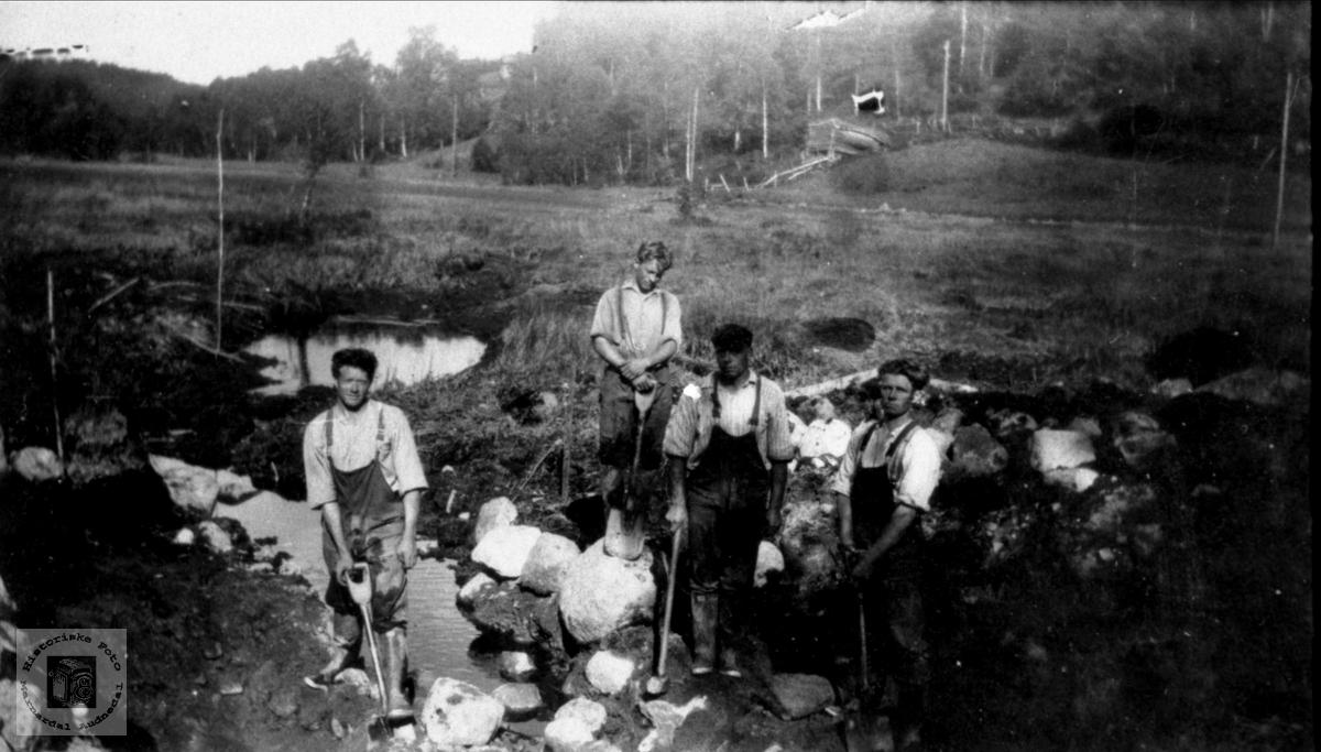 Senkningsarbeid, Ubostad i Grindheim. Arbeidslag fra Tjomslandssbygda i Laudal.