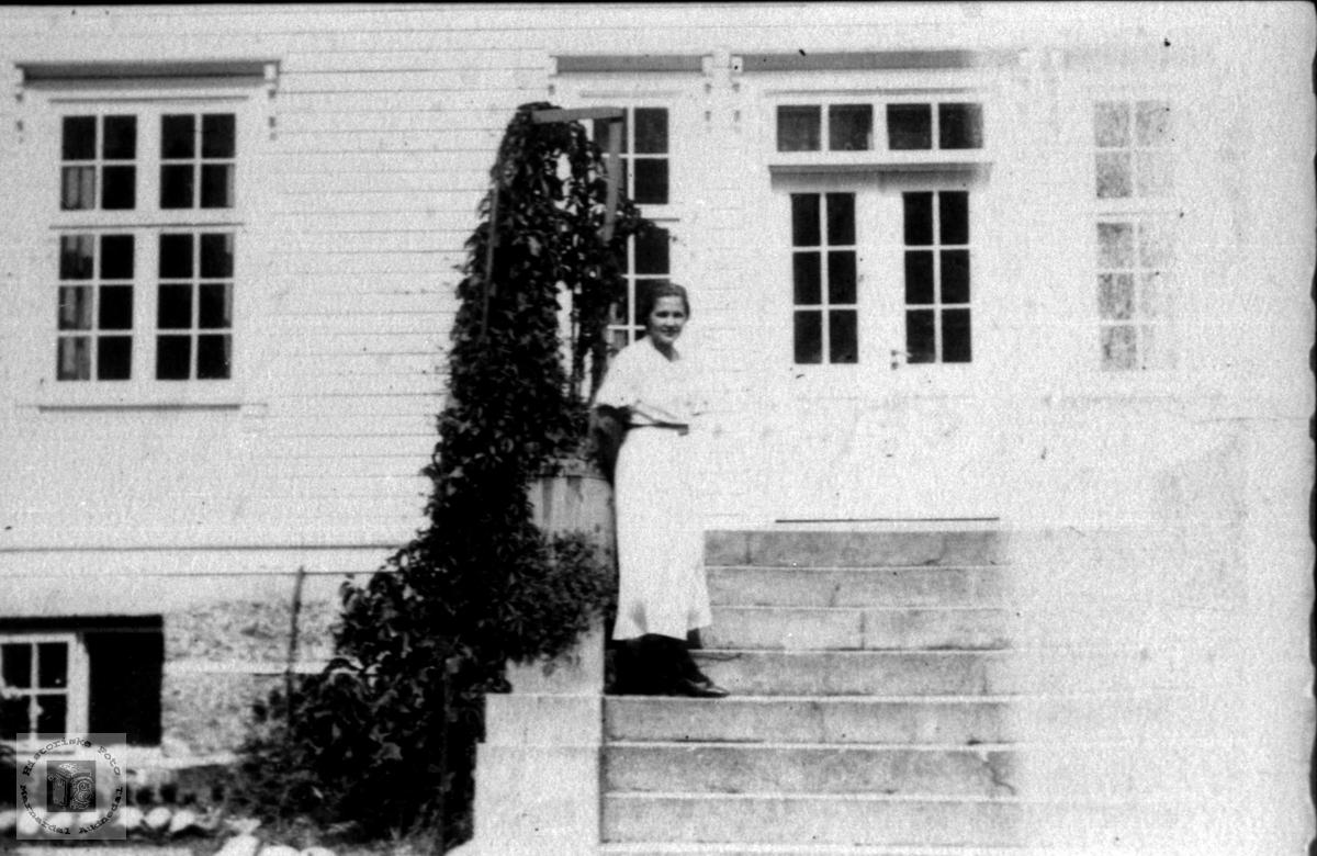 På trappa på doktorgarden Solheim. Jordmor Åsta Aukland. Laudal.
