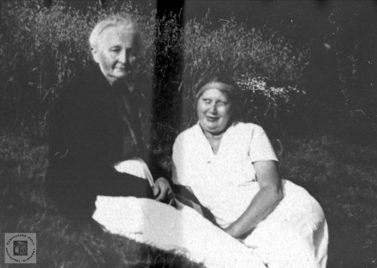 Mor og datter Mari og Kathinka Severine Nøding, Holum.