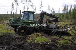 Rammestyrt traktor med markberedningsutstyr, fotografert i d