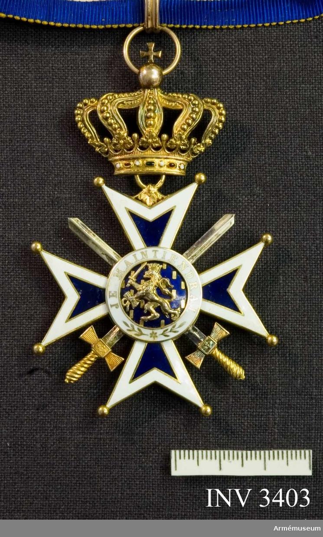 Kommendörstecknet av Nederländska Oranien-Nassau orden m svärd. Mått: 55 mm. Gott skick. I guld och vit och blå emalj. Ordenskorset är ett Georgskors med guldpärlor på spetsarna, ytterkanter av vit emalj och det inre i blå emalj. Två korslagda svärd vilar mellan från och  åtsidan, dessa är i guld. I mitten en blåemaljerad rundel med ett W, krönt med kunglig krona, i mitten, utfört i guld.  Detta är Wilhelminas monogram. (1880-1962). Abdikerade 1948. Runt rundelen ett vitt smaljerat band med i guldskrift: GOD ZY MET ONS (Gud är med oss). Frånsidan är utformad på samma  sätt, men i mitten på blåemaljerad botten syns i guld ett  svärdsvingande lejon. Orden hänger i en kunglig krona utförd i guld med runt brämet ädla stenar. Orden hänger i ett gult band  av vattrat siden, med vit och blå kant. Bandet skall knäppas  runt halsen. På det vita fältet runt lejonet står det: JE  MAINTIENEDRAI (jag vill hålla ut).