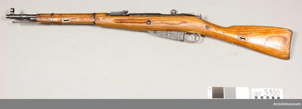 Karbin m/1944 m fällbar bajonett. Bajonettl: 382 mm. (Storlek är med bajonett.) Kaliber 7,62x54 R. Slutstyckets tillv.nr: 3516. Pipan märkt m hammare/skära (Y). Klingan av fyrkants stukattyp m spetsen i form av en skruvmejsel.