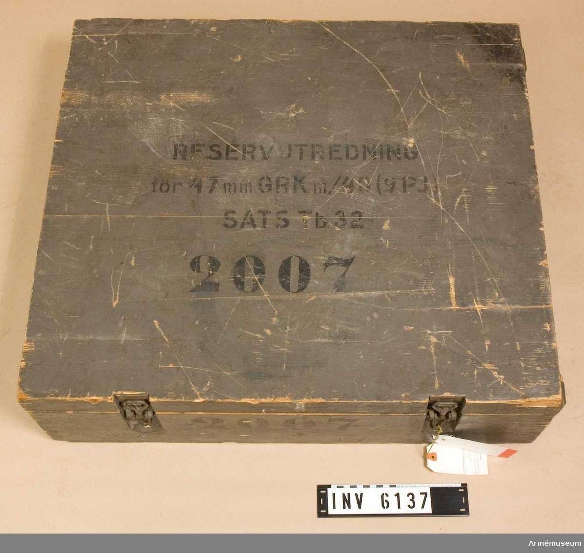 T granatkastare m/1940 (9 pj) sats TB 32.Består av:  1 låda av trä, 790x670x210 mm, nr 2007,  3 bärrem av läder t am,  5 mätsticka,  2 rekylfjäder (1 övre, 1 undre), 2 siktlinjal,  5 spegel,  3 tändspets,  3 vattenpass,  10 gummikåpa,  3 fodral t riktinstrument,  9 stötbottenkrats,  1 granatkastare,  1 universalnyckel,  1 nyckel f tändspets,  1 skruvmejsel mindre,  1 dorn,  1 fettspruta,  1 viskare,  1 dosa f skruvar,  1 dosa f vaselin (blå),  1 brotch, konisk, R Weström 3.