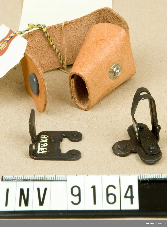 Försökstyp 1. Består av:1 st fodral av läder, märkt: Ag 1, 1 st korn, märkt: AG 1, 1 st sikte, märkt: AG 1.Mörkerriktmedel för Ag försökstyp 1 (3-punkt) 1954.  Konstruktör: KAFT VaB 1, Tillverkare: Gf. Blysigill, märkt: AKGf en krona med två svärd i kors.