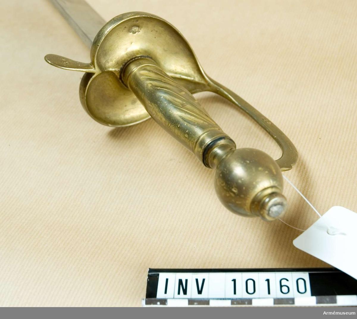"""Grupp A II, D II.  Handbygeln märkt """"139"""" och främre parerstången """"2"""".Se vidare AM 10148. Tagen från ryssarna på Gotland år 1808.  Samhörande nr 10160 huggare, 56551 balja."""