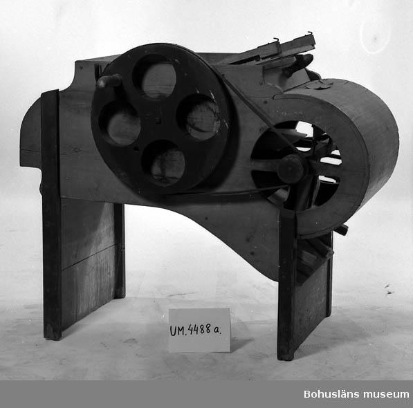 Ur handskrivna katalogen 1957-1958: Sädesharpa L. 124; Br. 61; H. 100 cm (drivhjulen oräknade). b) En sikt som avskiljer olika storlekar av korn 49,5 x 52,5 cm; träram m. parallella trådar av järn. Rost. Hel.  Lappkatalog: 51