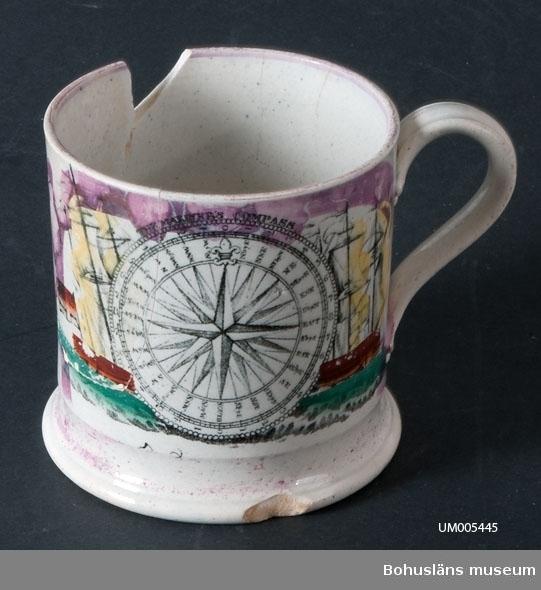 """Cylindriskt kärl med en hänkel. Troligtvis tillverkad i England. Vit med svart tryckt dekor samt partier med rosa lysterdekor. Motivet - ett skepp och en kompassros - är dessutom handmålat i gult, grönt och rödbrunt. Över kompassen står det """"THE MARINERS COMPASS"""". Under ett skepp står det """"May Peace Ple..."""" Sprickor och urslag.  Ölost (eller ölsupa, ölsoppa) är en traditionell bohuslänsk dryck som bygger på svagdricka och mjölk som kokas och vispas. Recept se UM005098  Muggen hörde till den typ av souvenir som bohuslänskt sjöfolk gärna köpte med sig från främmande länder.  Ur handskrivna katalogen 1957-1958: Ölostmugg Mynningsdiam.: 10,2. H.: 10,5. Vitt porslin med bl.a. båtmotiv i färg. Sönder; sprucken och lagad  Lappkatalog: 62"""