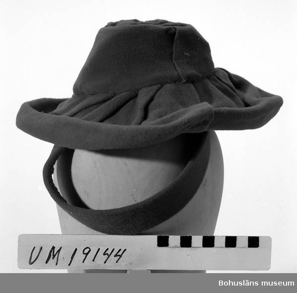 471 Tillverkningstid 1940-TAL 410 Mått/Vikt ! BRÄTTB. 9 CM 394 Landskap BOHUSLÄN  Vinröd hatt i syntetvelour med liten kulle med draperingar av tyget. Band att fästa håruppsättningar.    Se UM19130.