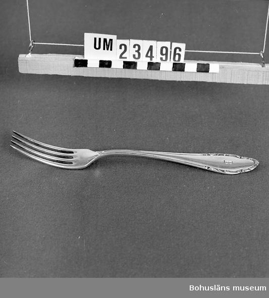 """471 Tillverkningstid 1930-1950 106 OCM *326-413 594 Landskap BOHUSLÄN  Märkt med graverat """"B"""" för Bokströms. Runt skaftets kant bård i nyrokokostil.  Ur uppsättning bordsilver för uthyrning. STÄMP """"WELLNER"""" samt """"90"""" i en cirkel samt """"45"""" i en rektangel.  Neg.nr. UM141:3"""