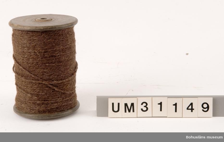 Träulle med  genomgående hål med upplindad tvåslagen backelina av brun ull och visst inslagt av tagel/hår?  För ytterligare upplysningar om Carl Gustaf Bernhardson samt om förvärvet, se UM31100.