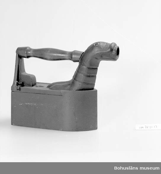 Föremålet visas i basutställningen Uddevalla genom tiderna, Bohusläns museum, Uddevalla. Trähandtag.  Vattenbehållare. Pip utformad som djurhuvud.